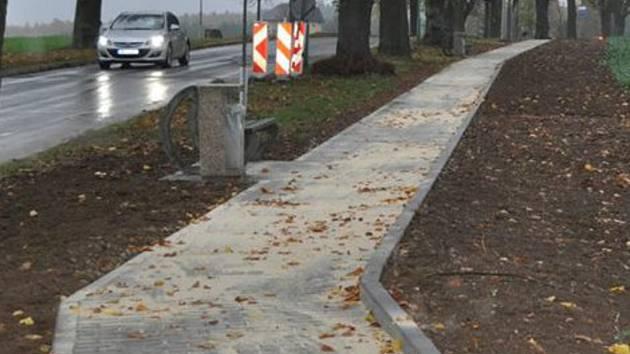 V Boskovicích dokončili stavbu chodníku na hřbitov. Návštěvníci místa už nemusí chodit po silnici.