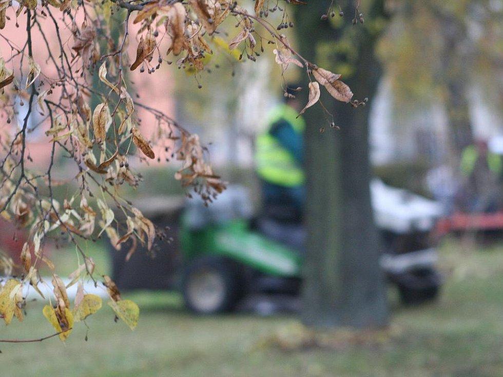 Četa pracovníků technických služebk uklízí trávníky v blanenských ulicích Nádražní a Antonína Dvořáka.