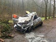 Dopravní nehoda u vodní nádrže Letovice. Auto se zřítilo ze srázu, řidič zemřel.