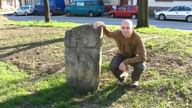 Dnes se vypravíme za kříži a kameny do obce Alexovice na Brněnsku, do Březiny na Svitavsku, Bukovinky na Blanensku a také do Šlapanic na Brněnsku. Tam Zdeněk Přibyl vyfotografoval dva křížové kameny. Jeden z nich stál na místě bývalého popraviště