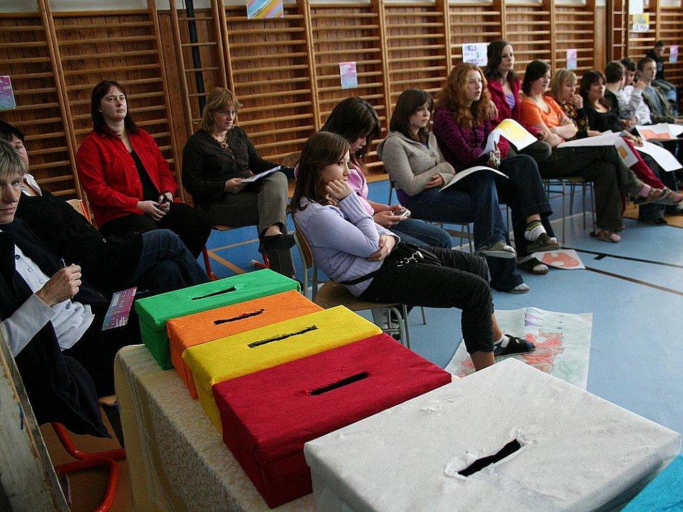 Žáci druhého stupně Základní školy Sloup soutěžili v tělocvičně v Rubikonu.