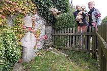 Za kamennými památkami se turista z Ráječka vydává do různých koutů země. V tomto díle vyrazíme na Karlovarsko do obce Andělská Hora.  Tamní kámen připomíná  popravu Adama z Vildštejna. A také do vesnice Lípa na Havlíčkobrodsku a do Hazlova v okrese Cheb.