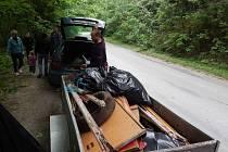 I přesto, že lidé třídí odpad a vozí ho také do sběrných dvorů stále ve větším objemu, odpadky v přírodě končí. Na snímku dobrovolníci při úklidu odpadků v okolí Rájce-Jestřebí.