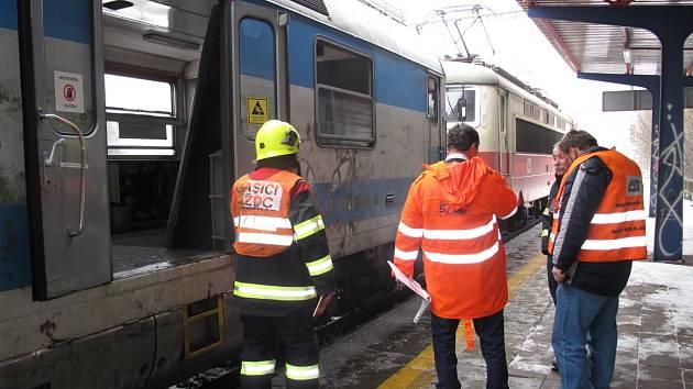 K požáru vlaku do Adamova vyjelo šest hasičských jednotek, ale na práci mnoho neměly. Doutnající vatu pod podlahou uhasili už pracovníci železnice před jejich příjezdem.