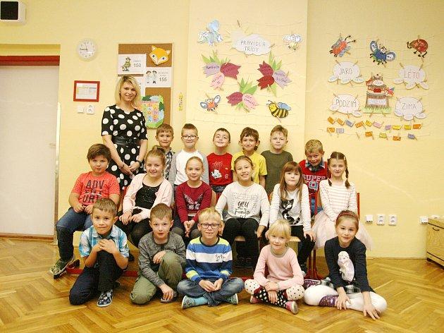 Žáci ze ZŠ Bořitov spaní učitelkou Anetou Kolínkovou.