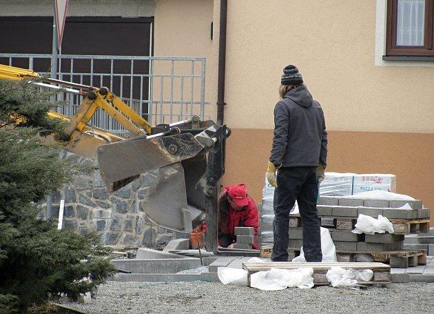 V Ostrově u Macochy dokončují druhou etapu oprav náměstí.