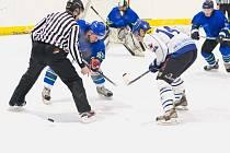 Hokejisté Dynamiters Blansko (v modrém) porazili v krajské lize Velké Meziříčí. Boskovice nestačily venku na Uherský Ostroh.