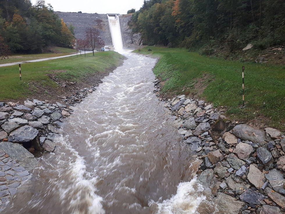 Rozvodněná říčka Bělá pod přepadem vodní nádrže Boskovice.