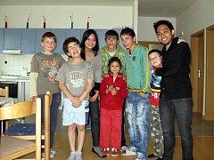 Malí obyvatelé boskovického dětského domova se zdokonalují v angličtině. Při hrách a na výletech je učí Irene a Rob, studenti z Filipín.