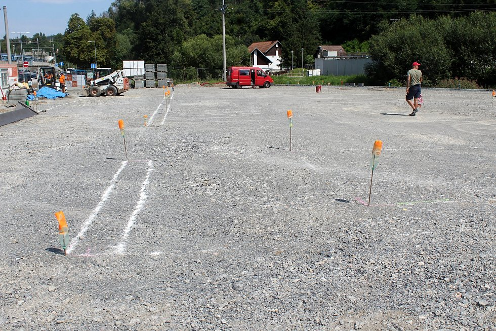 Vznikající parkoviště u vlakového nádraží v Bílovicích nad Svitavou na Brněnsku nabídne 68 parkovacích míst pro auta.