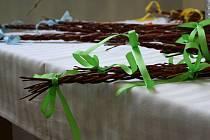 Prostory Dělnického domu zaplnila prodejní velikonoční výstava. Deset dní si návštěvníci mohou prohlédnout pestře zdobené kraslice, perníčky výrobky ze šustí a další věci s velikonoční tématikou.