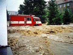 Historické snímky z ničivé povodně v Olešnici v roce 2002.