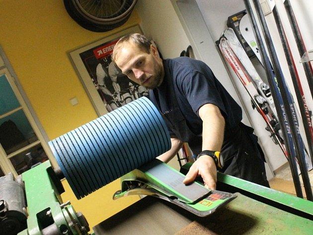 Mechanici ve sportovních servisech mají díky lyžařům plné ruce práce.