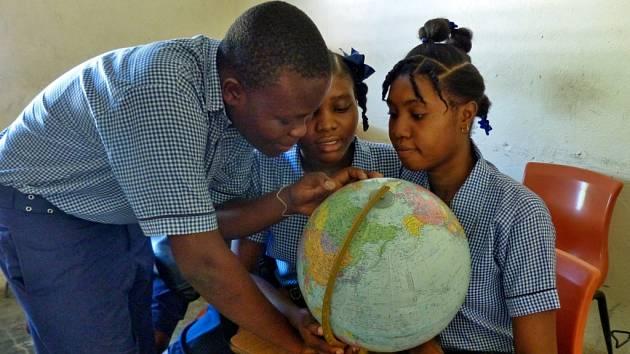 Jeden rok studia haitského dítěte vyjde české dárce na šest a půl tisíce korun. Z této částky je dítěti zaplaceno školné, uniforma, pomůcky a jedno teplé jídlo denně. Na snímku školáci v haitském městě Gonaives.