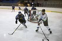 Hokejisté Blanska (v bílém) prohráli s Velkým Meziříčím 4:1.