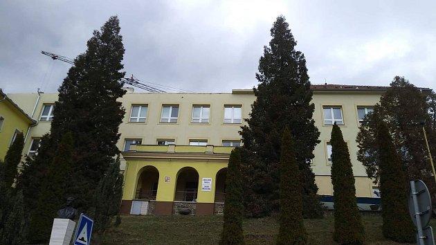 Dělníci se vtěchto dnech pustili do rozsáhlých úprav budovy adamovské školy vulici Ronovská. Za třicet milionů korun.