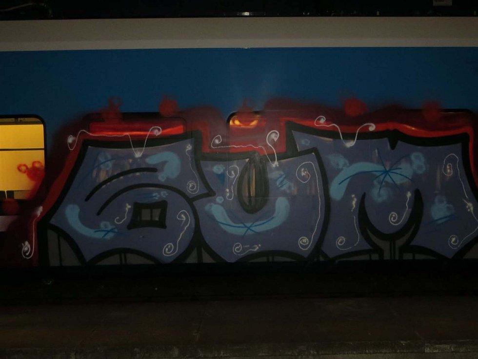 Vandal postříkal barevnými spreji odstavený vlak v Rájci-Jestřebí.