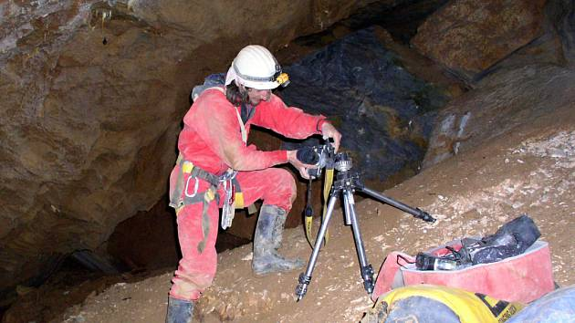 Petr Zajíček při focení v jeskyních.