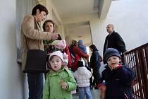 Fronty a nejistota, zda čekání není zbytečné. Tak to v pondělí vypadalo před mateřskými školami v Blansku. Rodiče měli čtyři hodiny na to, aby svoje děti zapsali do některé ze školek ve městě.