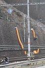 Dělníci upravují příkrý sráz u vlakového nádraží v Adamově. Nad kolejemi postaví bezmála stometrový plot. Příští rok přibudou na nádraží i nové kamery.