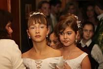 Koberec v blanenské restauraci Punkva se proměnil v přehlídkové molo. Modelky i manekýni předvedli například společenské a svatební šaty.