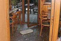 Jednu z blanenských restaurací v ulici Rožmitálova si pro své noční loupežné řádění vybral dosud neznámý zloděj. Nadělal víc škody na poškozeném zařízení než kolik byla hodnota ukradených cigaret.