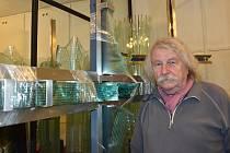 Valér Kováč procestoval téměř celý svět. V zahraničí ho proslavila unikátní technologie vrstveného skla, při které využívá klasické tabulové sklo. Nejraději přebývá a tvoří v ateliéru v Ostrově u Macochy na Blanensku.