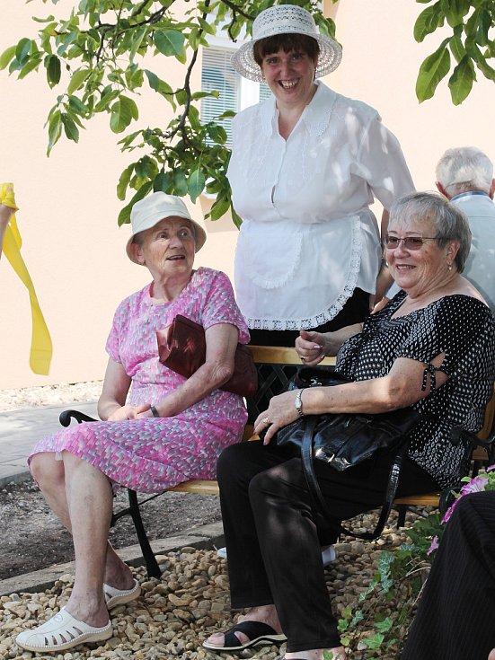 Mentálně postižení lide, kteří bydlí v chráněných bytech v Centru Velan v Klepačově, mohou nyní odpočívat a trávit volný čas na nové zahradě.