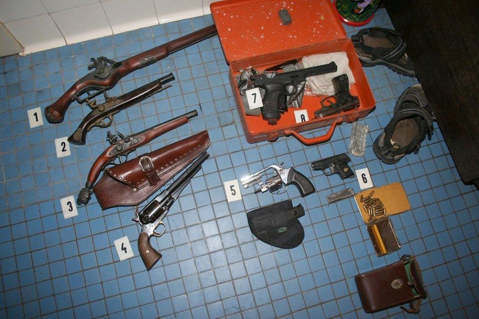 Protože byli pachatelé ozbrojení, na jejich zatýkání se podílela i zásahová jednotka.