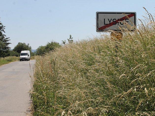 Tráva je nyní hodně přerostlá například u Lysic ve směru na Býkovice.