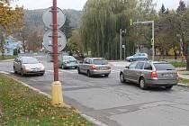 Pevné nervy. Ty potřebují řidiči, kteří se chtějí dostat z ulice Mlýnská na hlavní tah Blanskem Poříčí (na snímku). Na křižovatce před tamním sportovním ostrovem je to v posledních letech velký problém.