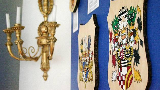 Na zámku v Boskovicích otevřeli výstavu erbů. Tu ve spolupráci s heraldikem Vítězslavem Lazeckým připravila šlechtická rodina Mendsdorff – Pouilly.