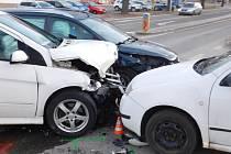 V centru Jedovnic bourala tři osobní auta.