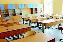 Nábytek nechalo vedení školy do učebny vyrobit na míru. V učebně budou mít studenti k dispozici například notebooky, mikroskopy, experimentální sady a přírodovědeckou knihovnu.