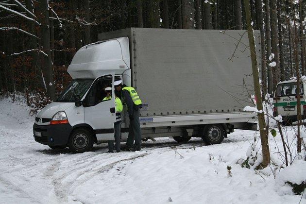 Kamion na hodinu zablokoval silnici u Kuniček