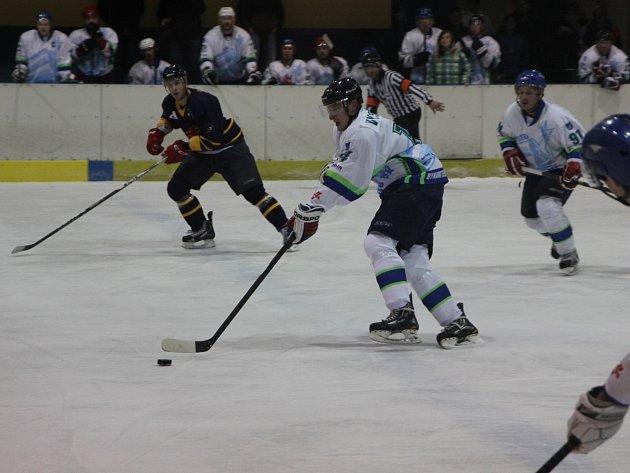 Hokejisté Blanska ve vloženém kole krajské ligy rozstříleli Šumperk 7:5. Soupeř využíval chyb domácích a dotahoval náskok. Díky trefám Antoňů, Látala, Vystrčila, Berky a Kazdy nakonec Blansko slavilo letošní rekordní výhru.