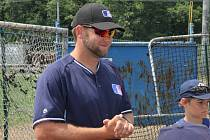 Envoy coach Devery Van De Keere radí mladým baseballistům po pohárovém zápase v Blansku.