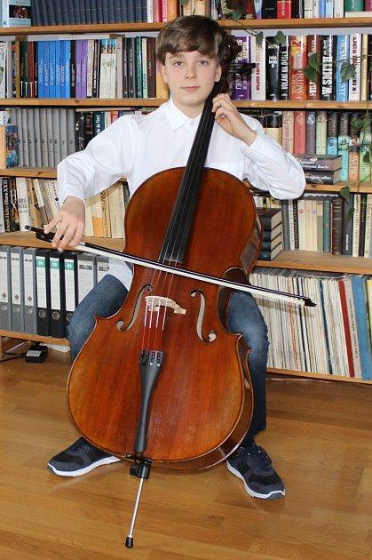 Chlapec začal hrát na violoncello vpěti letech.