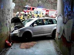 Řidič nezvládl jízdu. S autem narazil do železničního mostu.
