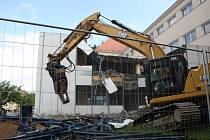 Těžká technika se ve čtvrtek pustila do demolice staré školní jídelny a kuchyně v Základní škole TGM Blansko v ulici Rodkovského.