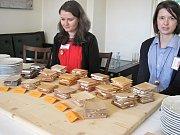 Účastníci vyhlášení vítězů ankety Dřevěná stavba roku 2018 ochutnali, jak různé druhy dřeva mění chuť a vůni sýrů. Moderátor se ozdobil dřevěným motýlkem.