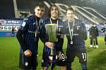 Fotbalista Lukáš Vorlický (vpravo) pózoval se svými spoluhráči u trofeje pro vítěze Superpoháru Primavera.