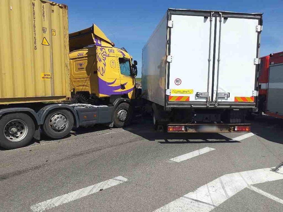 Na silnici I/43 uSebranic se srazila dvě nákladní auta.