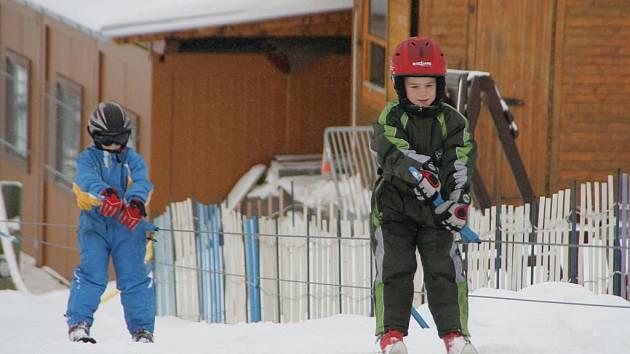 NA LYŽÍCH I NA SNOWBOARDU. První letos otevřeli v tomto týdnu lyžařské vleky v Olešnici. A o víkendu už tam bylo plno.