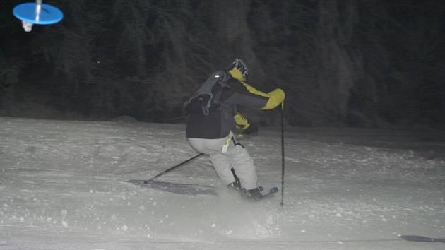 Na hořické sjezdovce se lyžaři proháněli v noci