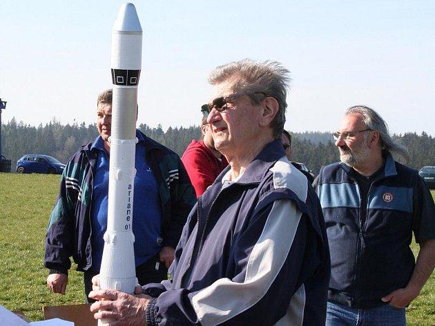 Nad letištěm v Třebětíně létaly v neděli skutečné rakety. Jednu z nich sestrojil Jaroslav Štěpánek, který působí u letovických modelářů.