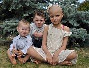 Osmiletá Anežka z Blanska má leukémii. Rodině pomáhá nadace Dobrý anděl. Na snímku je holčička se svými bratry.