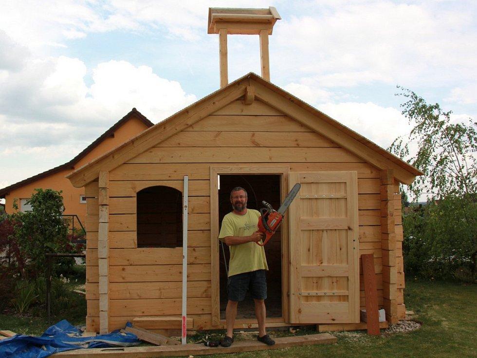Eduard a Iva Kejnovští si u vlastního bungalovu v Krasové na Blanensku postavili roubenou kapli. Z borovic, které rostly až na Sibiři nedaleko jezera Bajkal.
