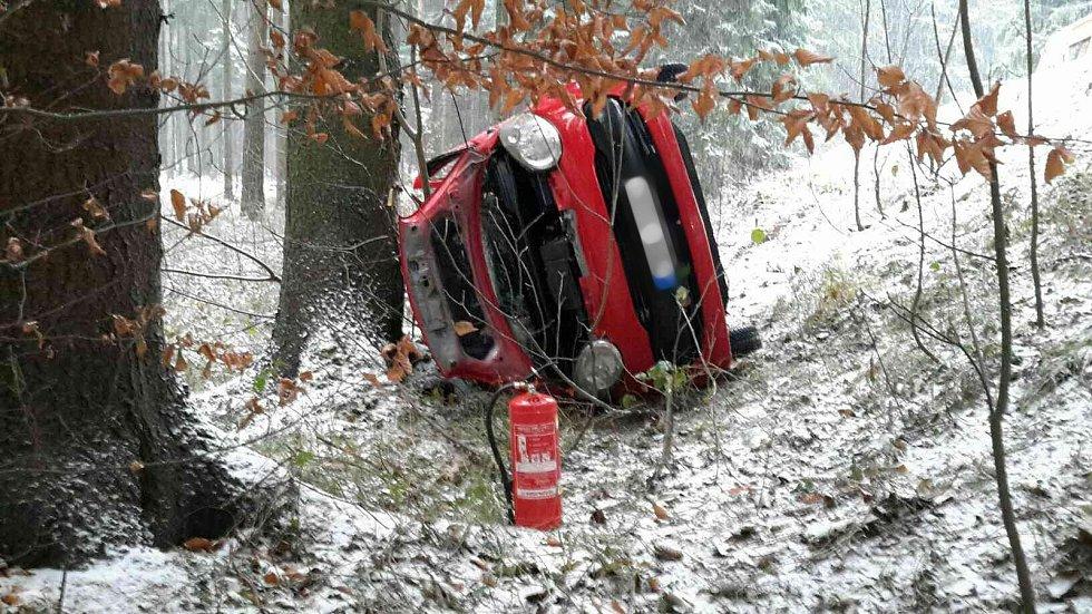 U Rudice bouralo auto. Řidičku s lehkým poraněním hlavy odvezli záchranáři do nemocnice.