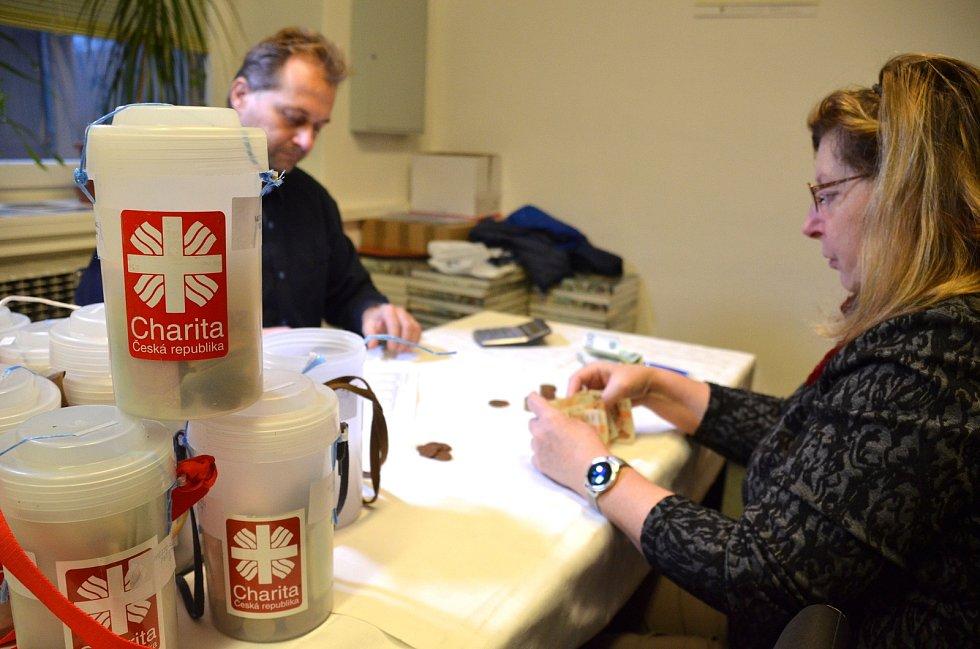 Tříkrálová sbírka byla na Blanensku opět rekordní. Dobrovolníci vybrali téměř 2,5 milionu. Na snímcích sčítání peněz z pokladniček v Adamově.